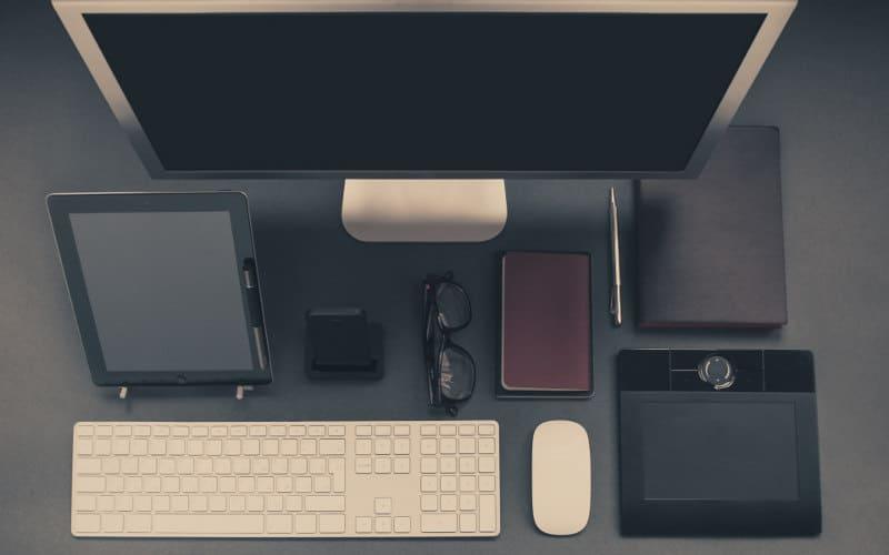 Schreibtisch mit Smartphone, Tablet, DesktopPC